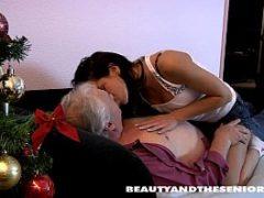 Sampa porno com novinha chupando a pica do vovô