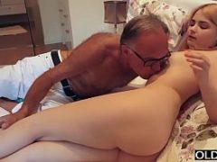 Sexo com idoso comendo enteada novinha gostosinha