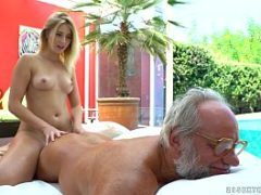 Sexo com velho transando com uma ninfeta novinha