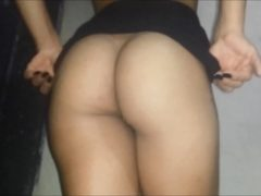 Gozando dentro da buceta da moreninha em sexo caseiro