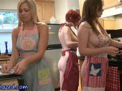 Ninfetas safadas exibindo suas bundas nuas na cozinha