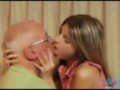 Coroa de cabelos brancos beijando a novinha