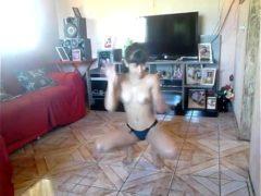 Ninfetinha dançando de calcinha na sala