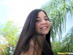 Novinha de 18 anos mostrando a xana cabeludinha