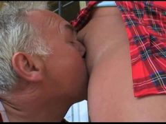 Velho de 70 anos chupando a buceta da novinha