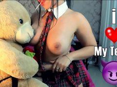Novinha estudante gozando ao brincar com seu ursinho